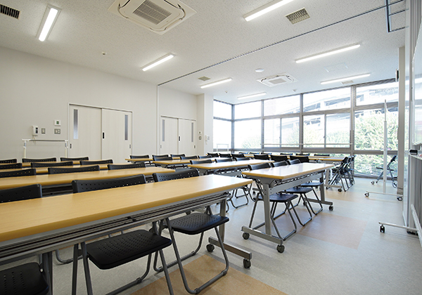 体験学習室Bは机や椅子が並べられています。