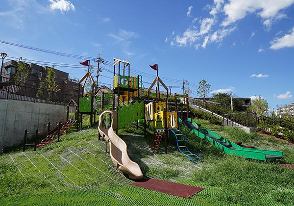 子供遊び場には滑り台がついた大型複合遊具があります