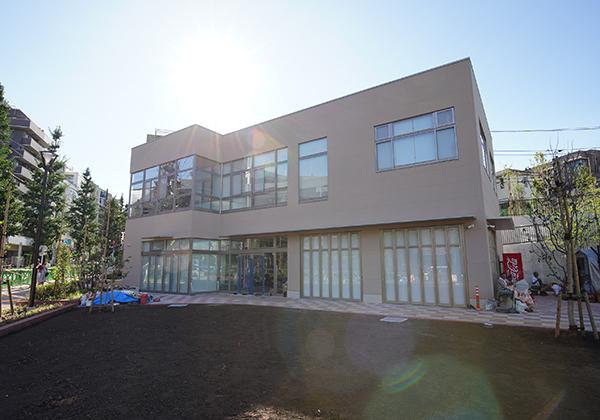 ベージュの壁に2階建の体験学習センターが建っています