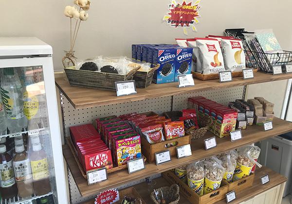 売店ではお菓子やジュースを販売しています